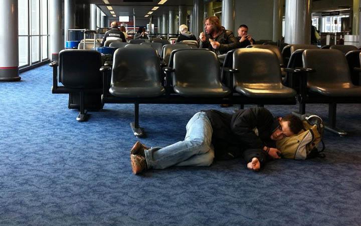 Пассажир спит в аэропорту